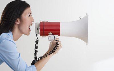 ¿Cómo puedo saber si no estoy proyectando mi voz adecuadamente?